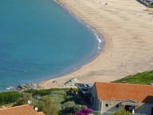 La plage de Lava se trouve à 200 mètres des chambres et appartements de la résidence de vacances basée à côté d'Ajaccio en Corse du Sud